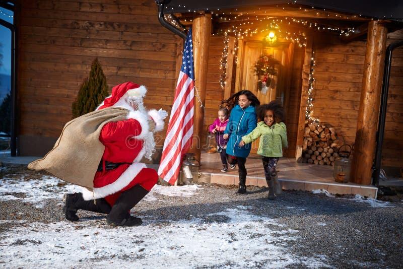 Gruppe glückliche Kinder begrüßen Santa Claus lizenzfreie stockfotos