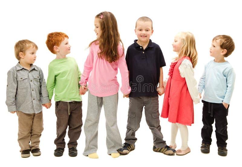 Gruppe glückliche Kinder, die Hände anhalten lizenzfreie stockfotografie
