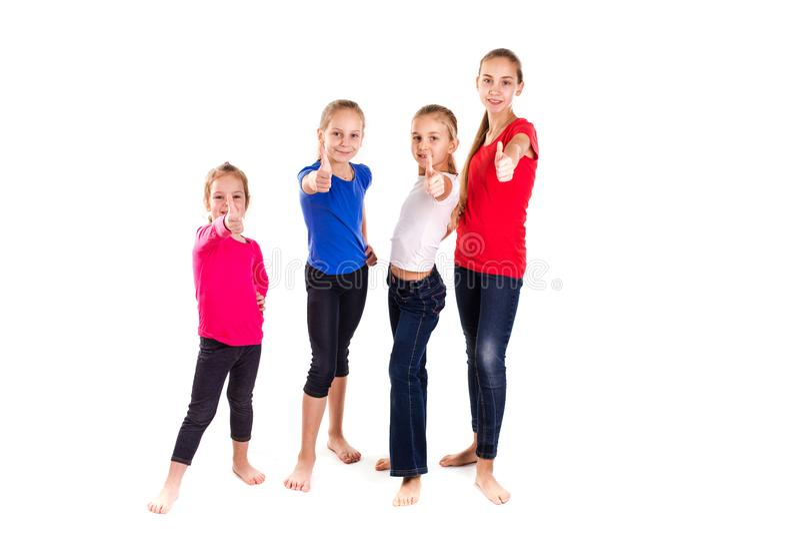 Gruppe glückliche Kinder mit den Daumen oben lizenzfreie stockfotos