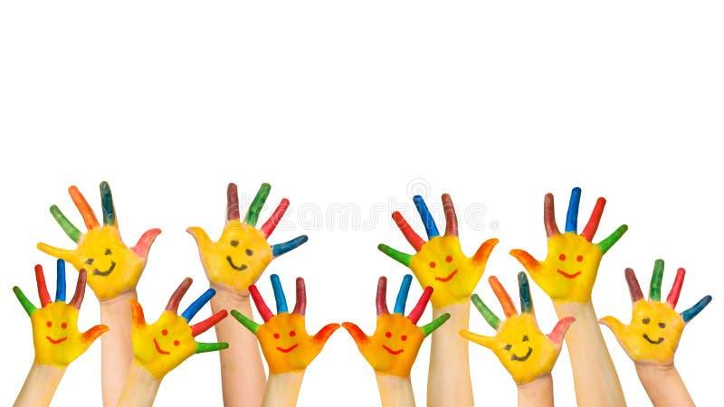 Gruppe glückliche Kindererhöhungen übergibt oben stockfotos