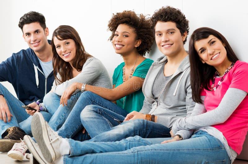 Gruppe glückliche lächelnde Freunde lizenzfreie stockbilder