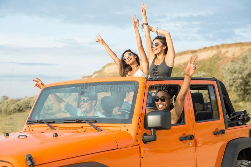 Gruppe glückliche multiethnische Freunde, die Spaß haben lizenzfreies stockbild