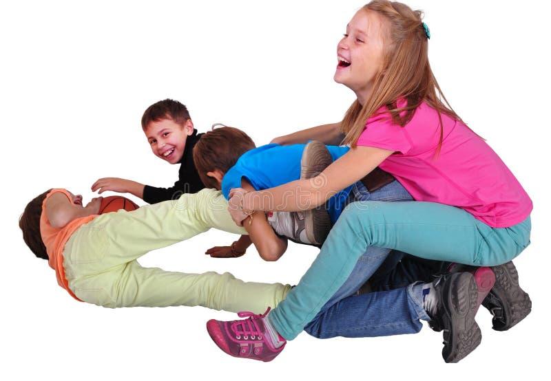 Gruppe glückliche spielerische Freunde, die anf kämpfend für den Ball lokalisiert über Weiß spielen lizenzfreie stockbilder