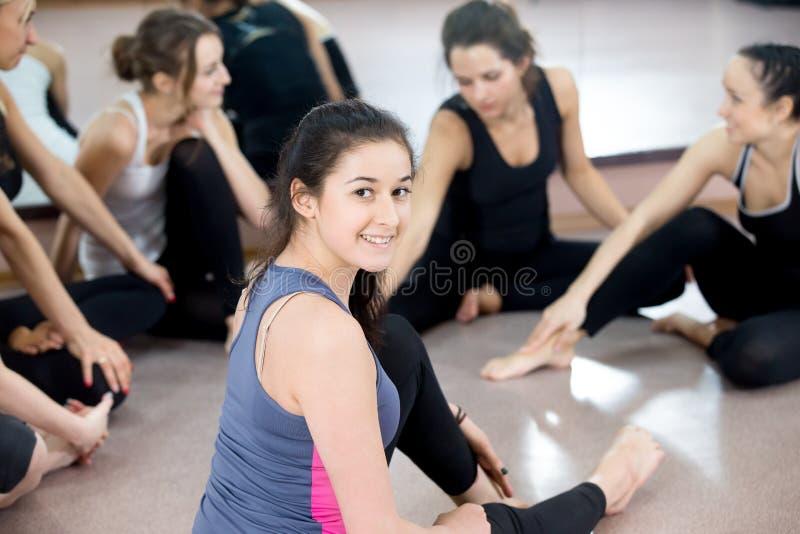 Gruppe glückliche sportliche junge Frauen, die auf Bruch im Sport GY plaudern lizenzfreie stockfotografie