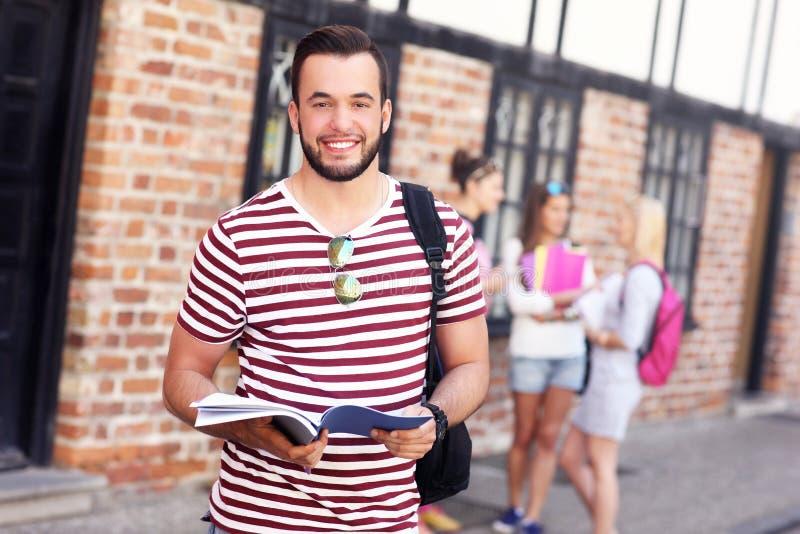 Gruppe glückliche Studenten, die draußen studieren stockbild