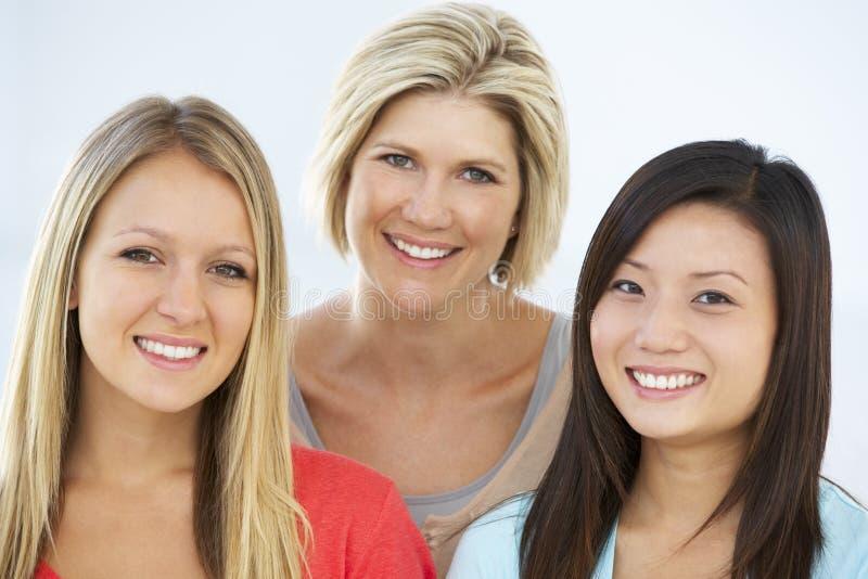 Gruppe glückliche und positive Geschäftsfrauen in der legeren Kleidung stockbilder