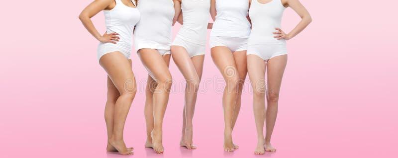 Gruppe glückliche verschiedene Frauen in der weißen Unterwäsche lizenzfreie stockbilder