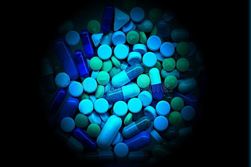 Gruppe grüne und blaue Pillen stockbild