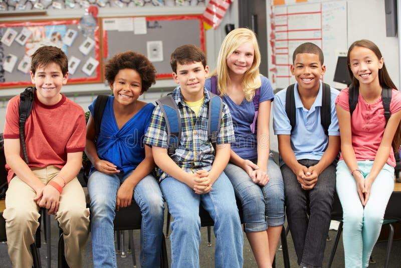 Gruppe grundlegende Schüler im Klassenzimmer stockfoto