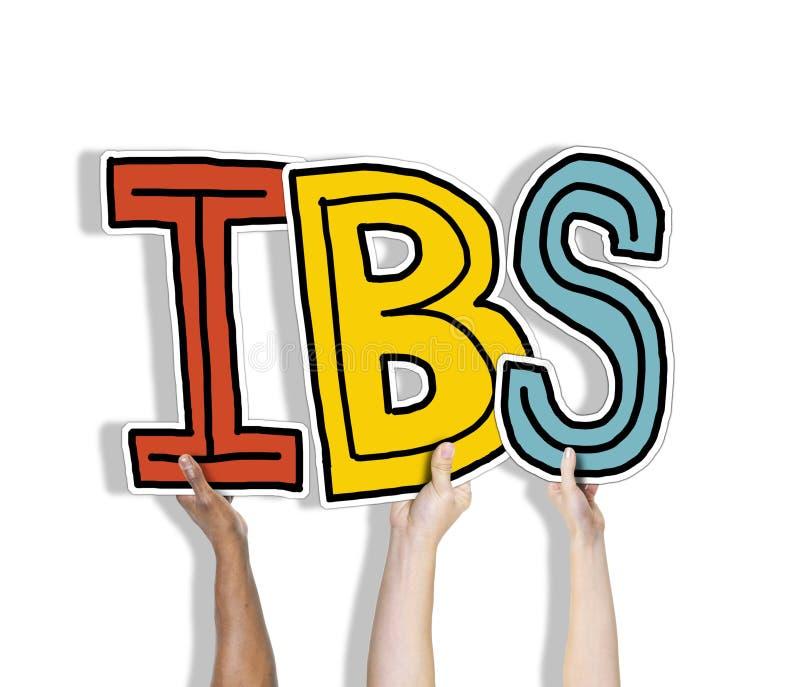 Gruppe Hände, die IBS-Buchstaben halten lizenzfreie stockfotos