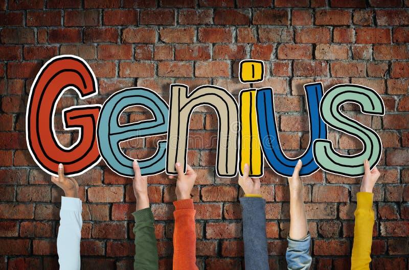 Gruppe Hände, die Wort-Genie-Konzept halten stockfotografie