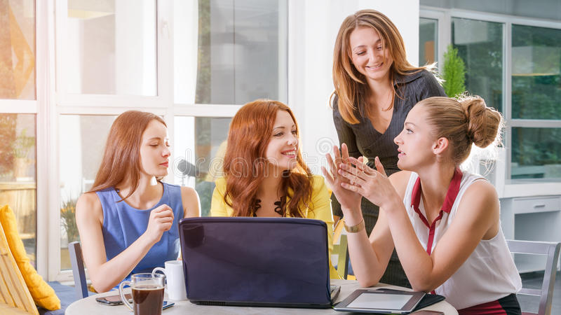 Gruppe hübsche Geschäftsfrau vier Arbeits-togeather mit neuem Startprojekt unter Verwendung der Laptop-Computers im modernen Dach stockfotografie
