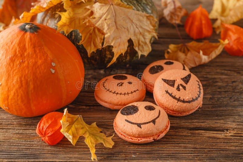 Gruppe Halloween-Minikürbises formte Torten, obenliegende Szene auf r stockfotos