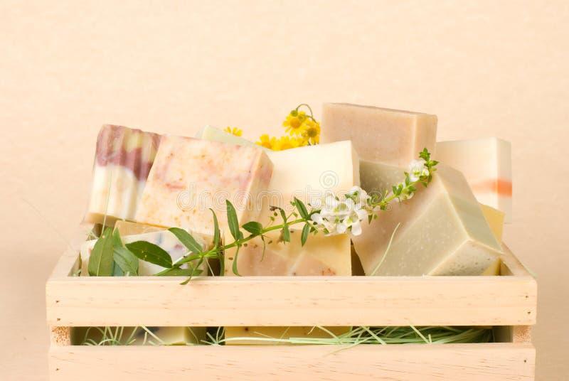 Gruppe handgemachte Seife im hölzernen Kasten lizenzfreie stockfotos