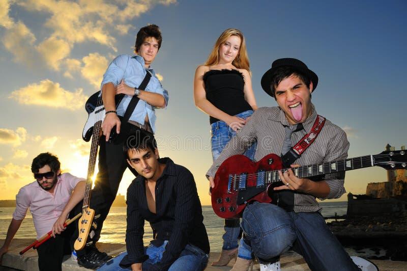 Gruppe hispanische junge Musikeraufstellung lizenzfreies stockbild