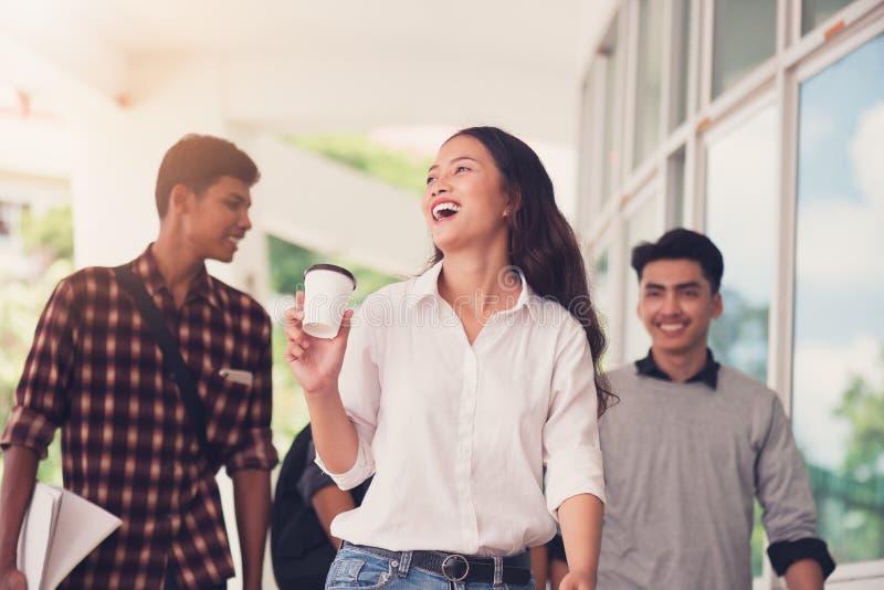 Gruppe Hochschulstudenten, die draußen zusammen in Campus gehen, stockfotos