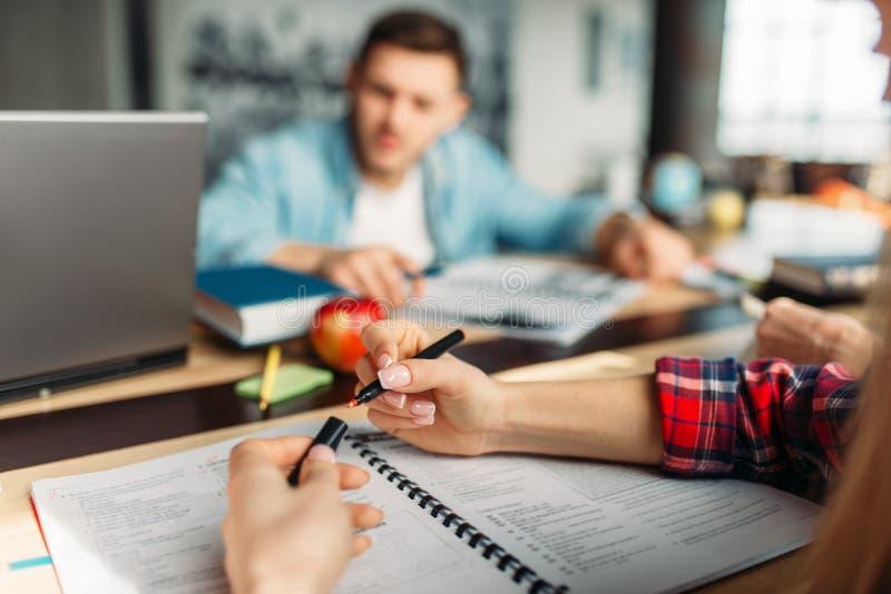 Gruppe hohe Schüler bereitet sich für Prüfungen vor lizenzfreies stockbild