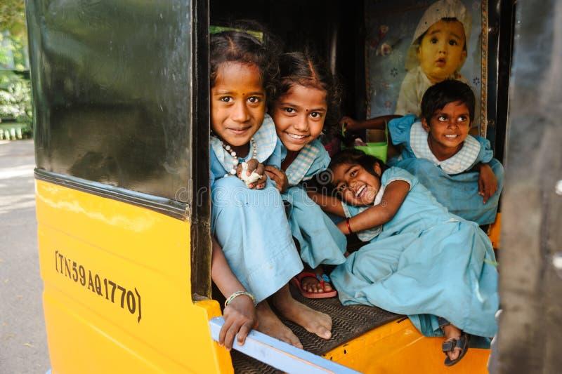 Gruppe indische Schulmädchen, die zur Kamera in tuk tuk Rikscha, am 23. Februar 2018 Madurai, Indien lächeln stockbilder