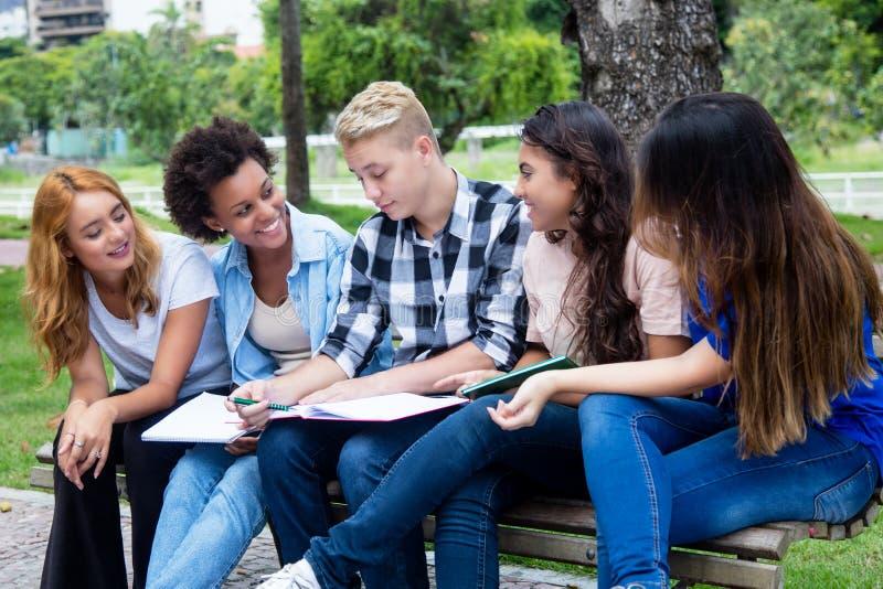 Gruppe internationale Studenten, die über ein Projekt sprechen lizenzfreie stockbilder