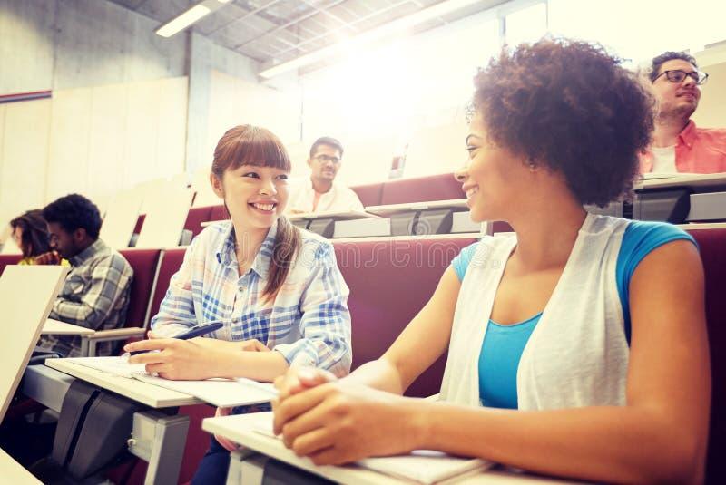 Gruppe internationale Studenten, die auf Vortrag sprechen lizenzfreie stockfotos