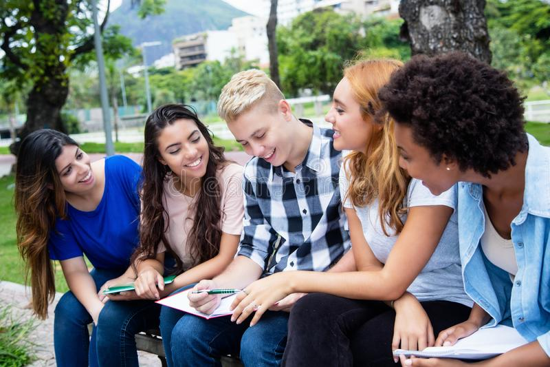 Gruppe internationale Studenten, die für Prüfung sich vorbereiten stockfoto