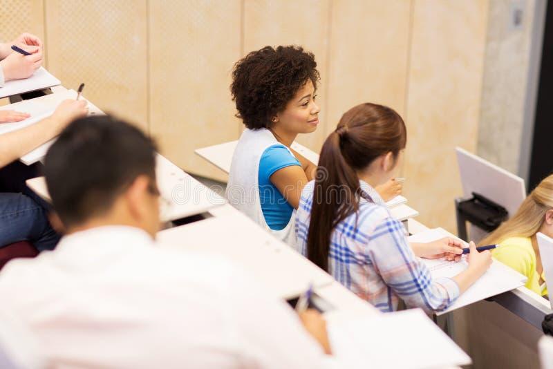 Gruppe internationale Studenten im Vorlesungssal lizenzfreies stockbild