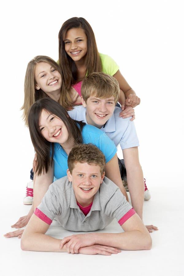 Gruppe Jugendfreunde im Studio lizenzfreies stockfoto