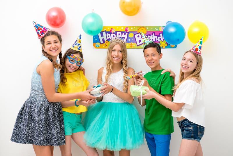 Gruppe Jugendliche an einer Geburtstagsfeier lizenzfreies stockfoto