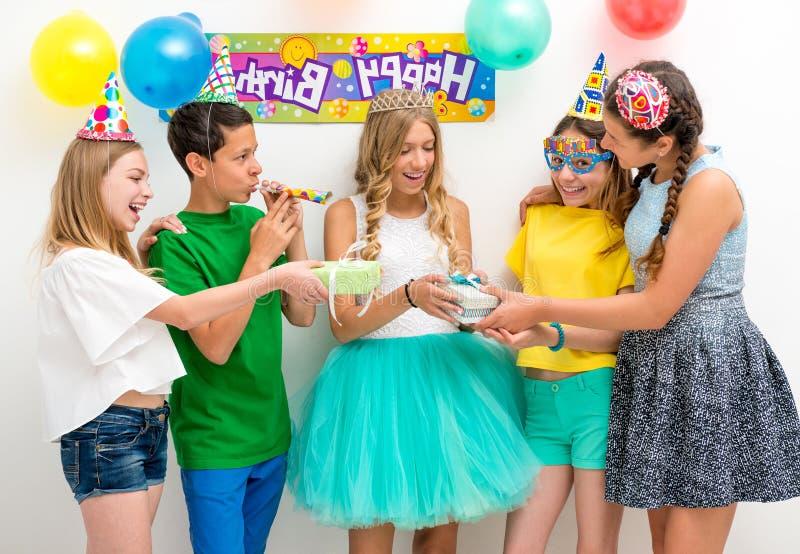 Gruppe Jugendliche an einer Geburtstagsfeier lizenzfreies stockbild