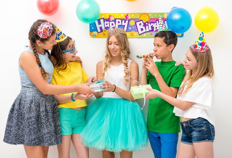 Gruppe Jugendliche an einer Geburtstagsfeier stockfoto