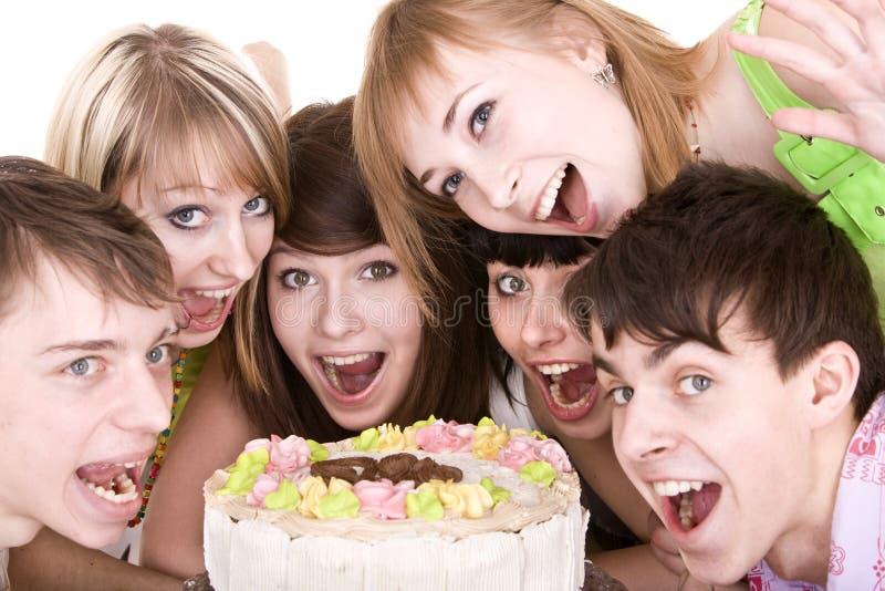 Gruppe Jugendliche feiern Geburtstag. lizenzfreie stockbilder