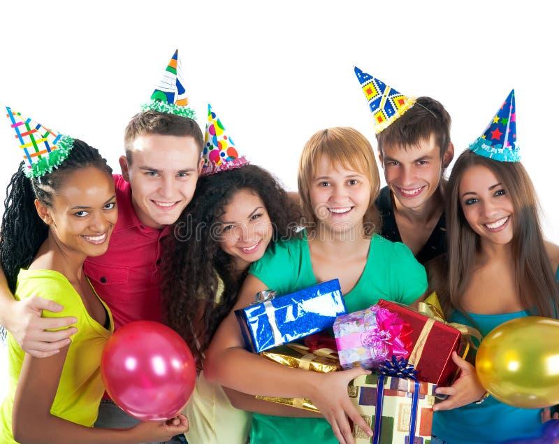 Gruppe Jugendliche feiern Geburtstag stockfotos