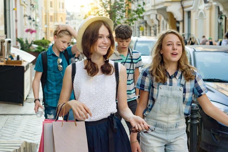 Gruppe Jugendliche mit Einkaufstaschen auf Stadtstraße lizenzfreie stockbilder