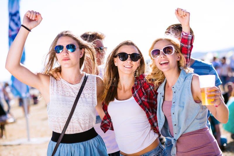 Gruppe Jugendliche am Sommermusikfestival, sonniger Tag lizenzfreies stockfoto
