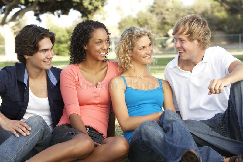 Gruppe Jugendlichen, die im Spielplatz sitzen stockfoto