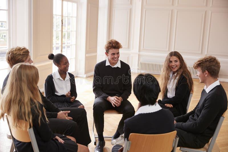 Gruppe Jugendstudenten, die Diskussion in der Klasse zusammen haben lizenzfreie stockfotografie