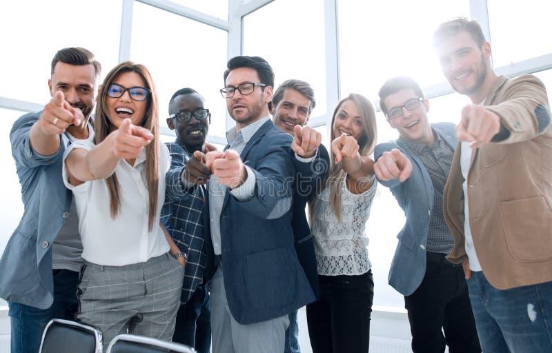 Gruppe junge Angestellten, die auf Sie zeigen stockbilder