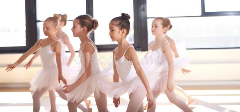 Gruppe junge Ballerinaausführung stockfotografie