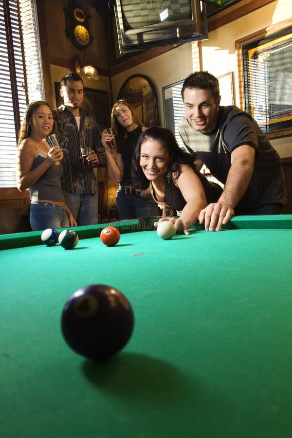Gruppe junge Erwachsenen, die Pool spielen. stockbild