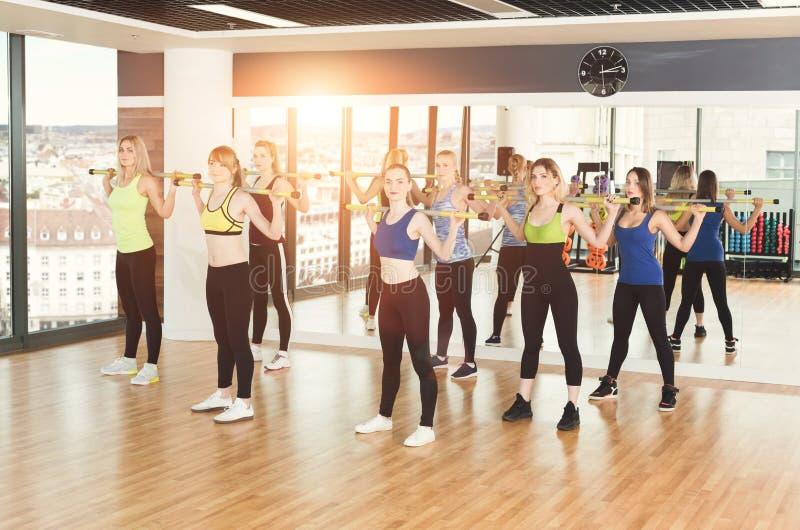 Gruppe junge Frauen in der Eignungsklasse stockfoto