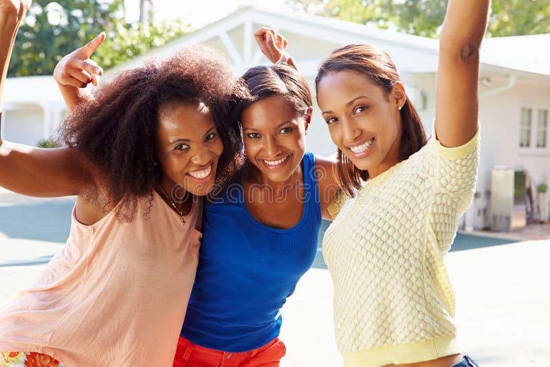 Gruppe junge Frauen, die am Basketballspiel zujubeln lizenzfreies stockfoto