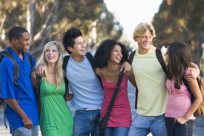 Gruppe junge Freunde, die draußen plaudern stockfotografie