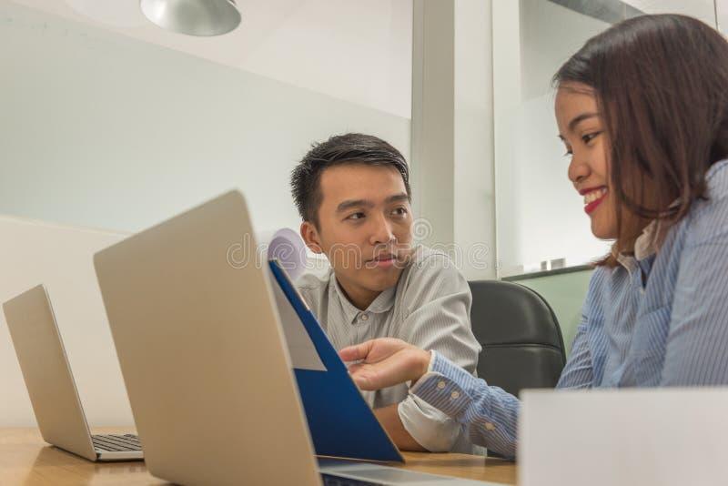 Gruppe junge Geschäftsleute, die im kreativen Büro zusammenarbeiten stockbilder