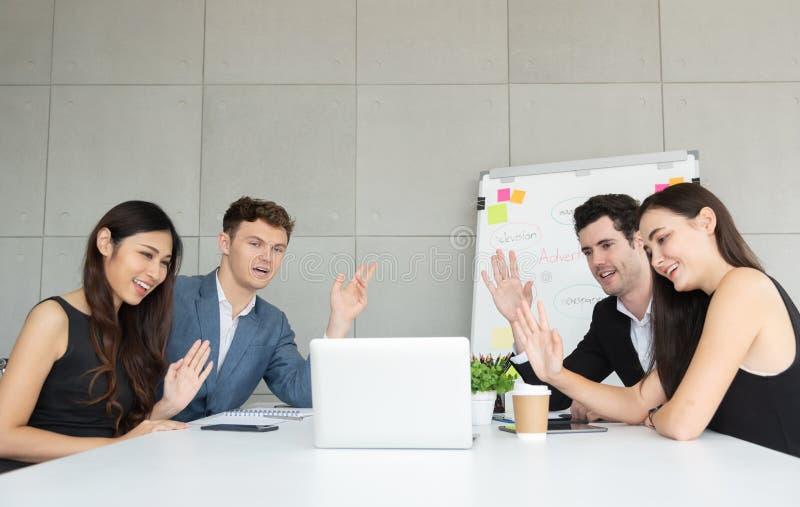 Gruppe junge Geschäftsleute, die Videokonferenz mit thei machen lizenzfreies stockbild