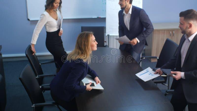 Gruppe junge Geschäftsleute, die zusammen zum Büro kommen stockbilder