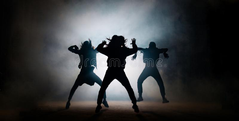 Gruppe junge Hip-Hop-Tänzer, die am Stadium durchführen stockbild