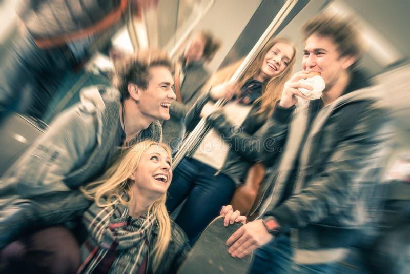 Gruppe junge Hippie-Freunde, die Spaß und die Unterhaltung haben stockfotografie