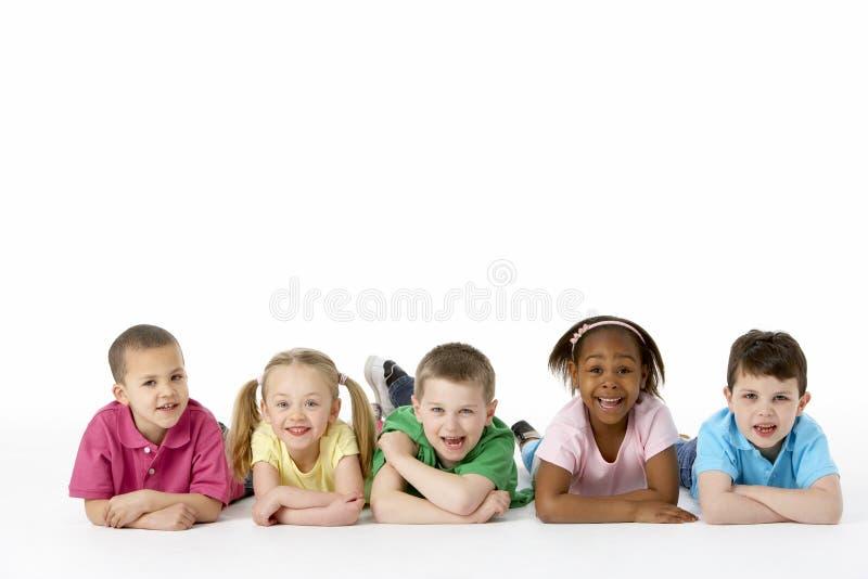 Gruppe junge Kinder im Studio lizenzfreie stockfotos