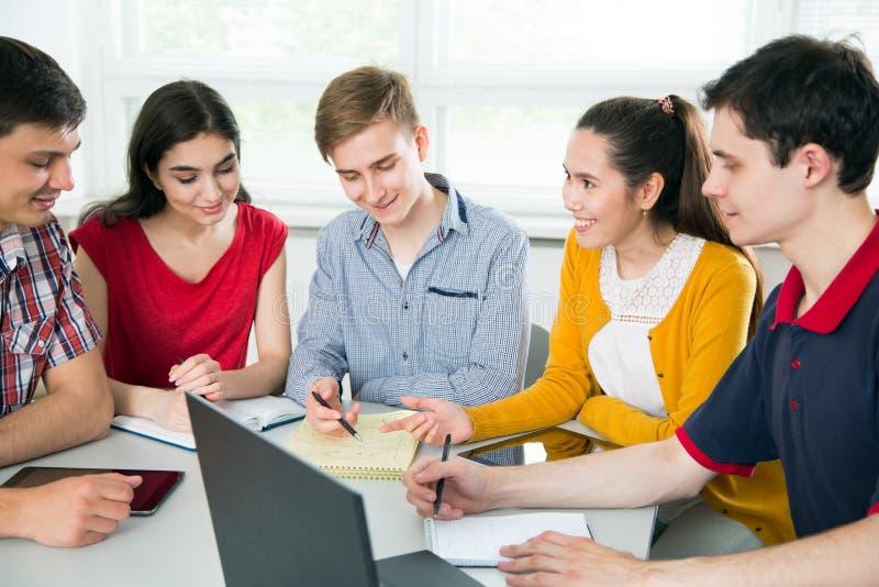 Gruppe junge Kursteilnehmer lizenzfreie stockbilder