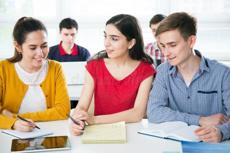 Gruppe junge Kursteilnehmer lizenzfreies stockbild